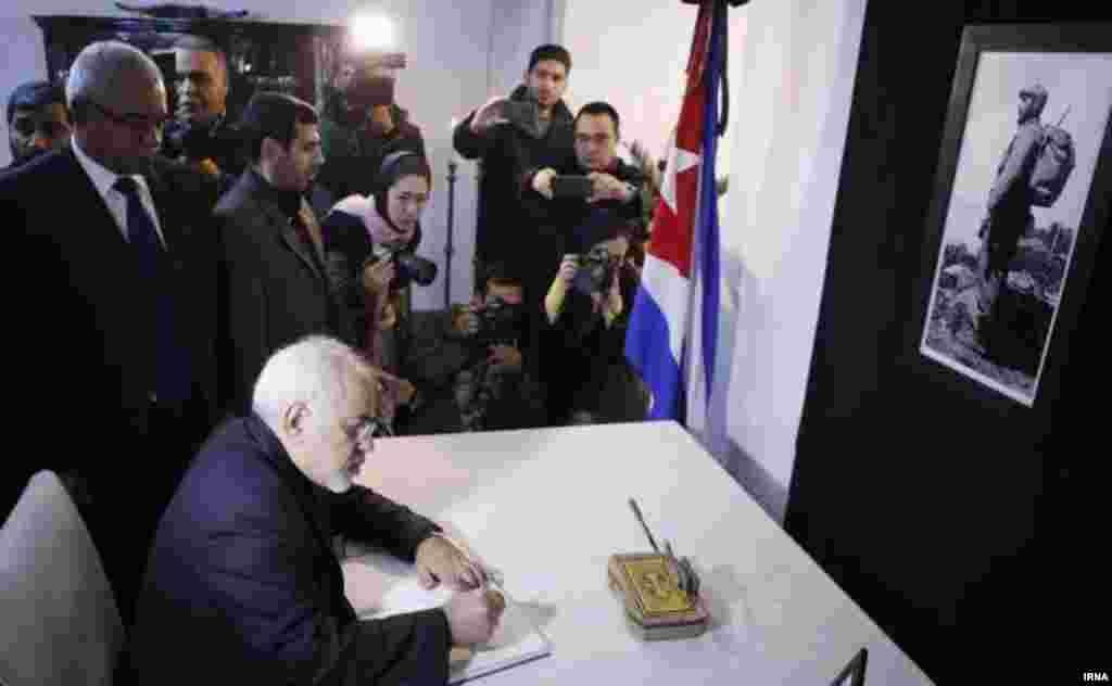 در پی در گذشت فیدل کاسترو رهبر انقلاب کوبا محمد جواد ظریف وزیر خارجه ایران در محل اقامت سفیر کوبا در تهران حضور یافت و پیام تسلیت خود را در دفتر یادبود ثبت کرد