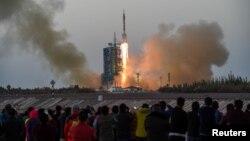 중국의 6번째 유인우주선 '선저우 11호'가 17일 아침 간쑤성 주취안에 있는 위성발사센터에서 창정 2호 로켓에 실려 발사되는 모습.