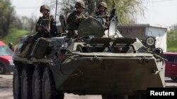 Binh sĩ Ukraine tại một chốt kiểm soát gần thị trấn Slovyansk ở miền đông Ukraine, ngày 4/5/2014.