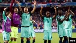 Les joueurs du Portugal célèbrent leur victoire face à la Croatie lors des huitièmes des finales de l'Euro 2016 à Lens, France, le 25 juin 2016.