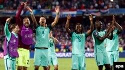 Les joueurs du Portugal célèbrent la victoire de leur équipe sur celle de la Croatie au terme du match des huitièmes des finales de l'Euro 2016 au Stade Bollaert-Delelis à Lens Agglomeration, France, 25 juin 2016. epa / ROLEX DELA PENA