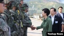 박근혜 한국 대통령이 28일 경기도 포천 승진과학화훈련장에서 열린 통합화력훈련을 참관하고 나서 장병대표들을 격려하고 있다.