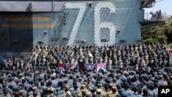 مایک پنس معاون رئیس جمهوری آمریکا در پایگاه هوایی آمریکا در یوکوسوکا در جنوب توکیو با پرسنل آمریکایی و نیروهای دفاعی ژاپنی گفت و گو کرد. آوریل ۲۰۱۷