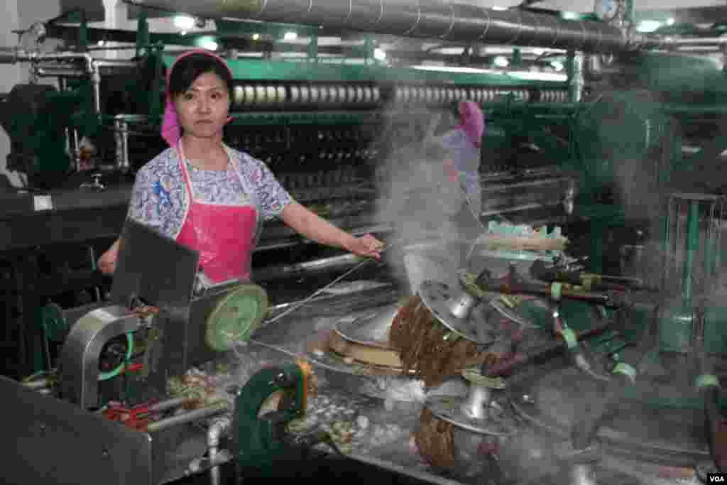 Работница волоконно-прядильной фабрики