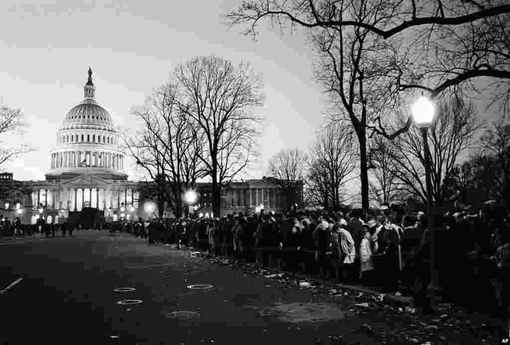 Miles de estadounidenses esperaron largas horas en la rotonda del Capitolio para ver pasar por última vez el cuerpo del presidente John F. Kennedy, quien fue asesinado hace 50 años.