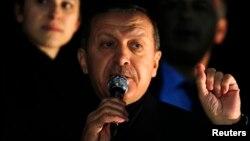 土耳其总理埃尔多安(中)。