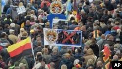 Ribuan orang melakukan demonstrasi di Dresden, Jerman untuk mendukung PEGIDA (foto: dok).