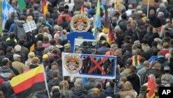 Des manifestants se rassemblent pour PEGIDA, un parti d'extrême-droite, à Dresde, Allemagne, le 3 octobre 2016.