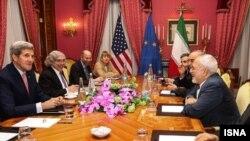 مذاکرات اتمی جان کری وزیر خارجه آمریکا (چپ) و محمدجواد ظریف همتای ایرانی او (راست) در لوزان سوئیس
