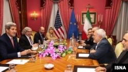 Menteri Luar Negeri AS John Kerry (paling kiri) dan Menteri Luar Negeri Iran Javad Zarif (kedua dari kanan).
