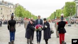 Američki državni sekretar Džon Keri polaže venac na Spomenik neznanom junaku u Parizu