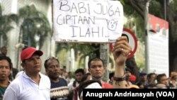 Ribuan masyarakat Batak melakukan demonstrasi di depan DPRD Sumut menolak pemusnahan babi, Senin 10 Februari 2020. (Courtesy: Anugrah Andriansyah)