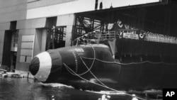 Kapal selam bertenaga nuklir USS Thresher diluncurkan di Portsmouth Naval Shipyard, Kittery, Maine, 9 Juli 1960. (Foto: Angkatan Laut AS/AP)