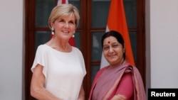 2017年7月18日,印度新德里,澳大利亚外交部长朱莉·毕晓普(左)与印度外长斯瓦拉吉握手拍照。