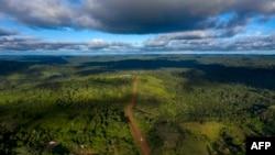 Vue aérienne de la route Transamazonica près de Medicilandia dans l'État de Para au Brésil, le 13 mars 2019.