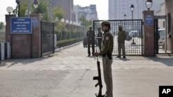 Seorang polisi India tengah berjaga di depan pintu gerbang pengadilan saat berlangsungnya pengadilan atas komplotan pelaku pemerkosaan di atas bus di New Delhi, India (Foto: dok). Salah seorang dari ke-6 pria pelaku pemerkosaan tersebut dikabarkan tewas gantung diri dalam tahanan India, Senin (11/3).