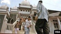 Jemaah Ahmadiyah keluar dari Masjid An-Nur usai sholat Jum'at di desa Manislor, Kuningan, Jawa Barat (foto: dok).