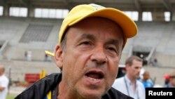 Gernot Rohr s'adressant à la presse au stade de Libreville, Gabon le 25 janvier 2012