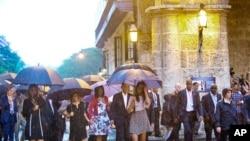 Presiden Obama (tengah) bersama ibu negara AS, Michelle Obama dan kedua puteri mereka Malia dan Sasha, didampingi ibu dari ibu negara Marian Robinson berjalan-jalan di Old Havana (20/3). Kunjungan ini merupakan kunjungan Presiden AS pertama ke Kuba dalam kurun hampir 90 tahun.