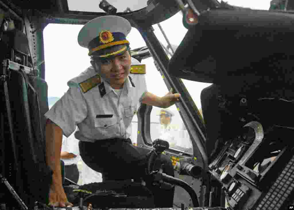 峴港 (7月16日) 一名越南海軍軍官在鍾雲號登上一架直昇機參觀駕駛室。
