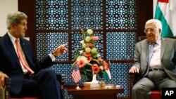 John Kerry (à g.) et le président Mahmoud Abbas à Bethlehem