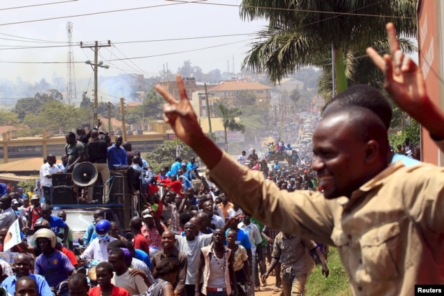 Supporters of Uganda's main opposition presidential candidate Kizza Besigye of the Forum for Democratic Change (FDC) party march through Gaba Road during a campaign rally in the capital Kampala Feb. 10, 2016, ahead of the Feb. 18 presidential election.