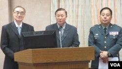 台灣國防部長馮世寬(左一)5月26號在立法院接受質詢。(美國之音張永泰拍攝)