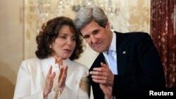 Menlu AS John Kerry dan istrinya Teresa Heinz-Kerry pasca pelantikannya sebagai Menlu AS di Washington DC, 6 February 2013 (Foto: dok). Istri Menlu AS dikabarkan sedang sakit keras dan dirawat di RS Massachusetts di Boston.