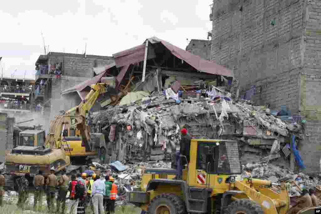 MARDI.L'effondrement d'un immeuble de sept étages dans la nuit de lundi à mardi à Nairobi a fait au moins deux morts, dont une femme sortie vivante des décombres mais ayant plus tard succombé à ses blessures. Lire la suite ici :Au moins deux morts dans l'effondrement d'un immeuble au Kenya