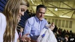 30일 미 오하이오주에서 허리케인 샌지 피해 주민 지원 행사에 참석한 미트 롬니 공화당 대통령 후보.