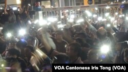 數以10萬參與集會的人士揮動手機的燈光,喻意夢想之光不會熄滅