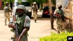 Tentara Nigeria menutup lokasi serangan bom bunuh diri di Maiduguri (1/4).