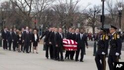 El féretro del juez Antonin Scalia llegó a la Corte Suprema en Washington el viernes, 19 de febrero de 2016.