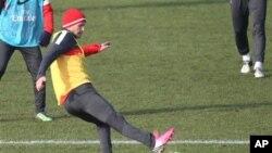 David Beckham saat sesi latihan dengan tim PSG di Paris (13/2). Presiden PSG ingin mempertahankan keberadaan Beckham di PSG hingga musim kompetisi mendatang.