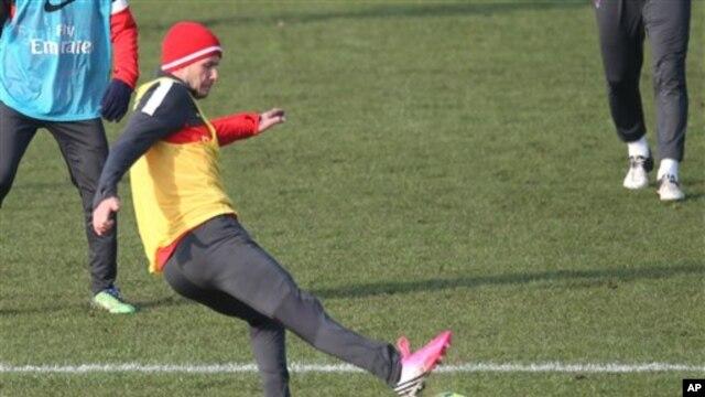 David Beckham menendang bola dalam latihan bersama klub Paris Saint-Germain (PSG) di lapangan Saint-Germain-en-Laye, Paris (Foto: dok). Beckham dijadwalkan akan mulai tampil penuh dalam pertandingan melawan Marseille, Rabu (27/2).