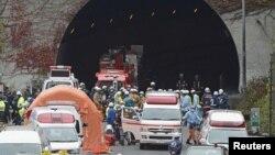 Petugas pemadam kebakaran dan polisi berkumpul di deepen terowongan Sasago di Jalur Cepat Chuo di Otsuki, wilayah Yamanashi (2/12). Terowongan penghubung utama di pusat Jepang ini ambruk Minggu pagi, dan menewaskan sedikitnya tiga orang.