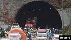 Cảnh sát và nhân viên cứu hỏa tập trung phía trước đường hầm Sasago trên đường cao tốc Chuo ở Otsuki, Yamanashi, ngày 2/12/2012.