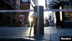 Karangan bunga di dekat lokasi penyanderaan di pusat kota Sydney (16/12). (Reuters/Jason Reed)