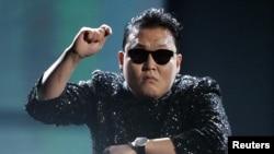 Psy biểu diễn 'Gangnam Style' tại lễ trao Giải thưởng Âm nhạc Mỹ lần thứ 40 ở Los Angeles, California, 18/11/2012