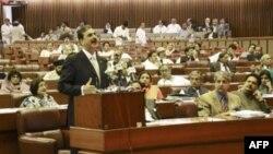Премьер-министр Пакистана Юсуф Раза Гилани выступает в парламенте страны. 9 мая 2011г.