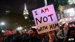 Ratusan demonstran anti-Trump melakukan aksi protes di luar gedung 'Trump Tower' milik Donald Trump di New York (9/11).