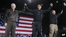 빌 클린턴 전 대통령과 동부 버지니아주의 브리스토에서 합동 선거유세을 펼치는 바락 오바마(사진중앙) 대통령