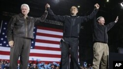 Mantan presiden Amerika, Bill Clinton (kiri), Presiden Barack Obama (tengah) dan kandidat senat dari Virginia, mantan Gubernur Tim Kaine berkampanye di arena Jiffy Lube, di Bristow, Virginia, Sabtu Malam (3/11)