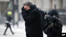 Para penglaju menantang tiupan angin dan salju di tengah udara membeku di Cincinnati, Ohio, 30 Januari 2019 (foto: AP Photo/John Minchillo)