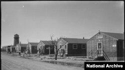 爱达荷州双瀑城附近米尼多卡重新安置中心内简陋的办公室和住房。(国家档案馆资料照)