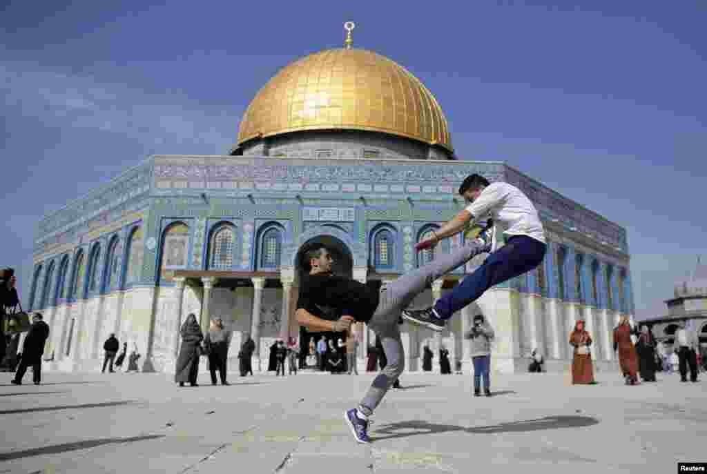 Hai thanh niên người Palestine biểu diễn kỹ năng parkour trước thánh điện Mái Vòm Đá trong buổi cầu nguyện hôm thứ Sáu ở Phố Cổ Jerusalem.
