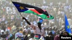 Warga Sudan Selatan menghadiri perayaan HUT Kemerdekaan pertama di ibukota Juba, (9/7).
