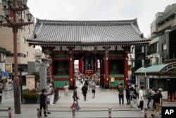 Suasana di sekitar Kaminarimon, gerbang masuk utama pertama Kuil Sensoji di Tokyo, Selasa, 13 Juli 2021, (AP)