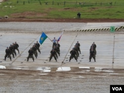 中亞安全只能依靠俄羅斯?俄軍秀肌肉,今年夏季俄空降兵在莫斯科郊外表演。(美國之音白樺拍攝)