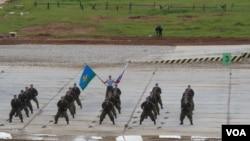中亚安全只能依靠俄罗斯?俄军秀肌肉,今年夏季俄空降兵在莫斯科郊外表演。(美国之音白桦拍摄)